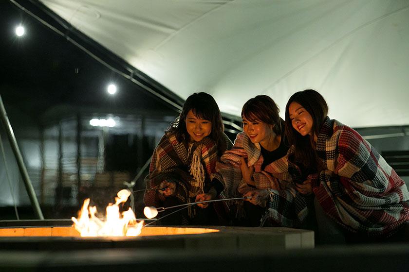 20:00~21:00まで中央広場にある焚き火スペースでキャンプファイヤーが楽しめます。ご宿泊の方には無料で、ビッグマシュマロをプレゼント!