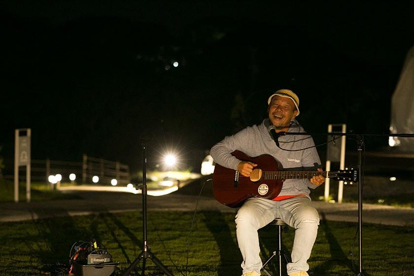 不定期で、地元在住ミュージシャンの弾き語りイベント(20:00頃から約1時間)が中央広場で開催されます。