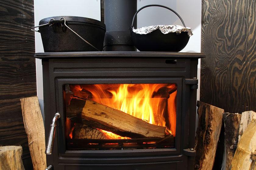 薪ストーブの上にダッチオーブン(レンタル可)をのせると、薪ストーブの熱で煮込み料理をお楽しみいただけます。(※写真はイメージです)